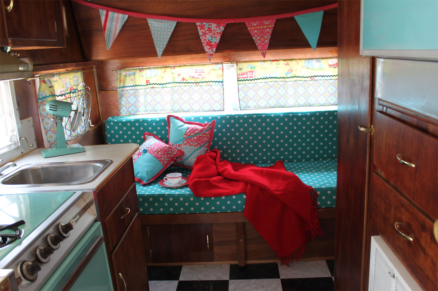 vintage camper there 39 s no place like homemade. Black Bedroom Furniture Sets. Home Design Ideas